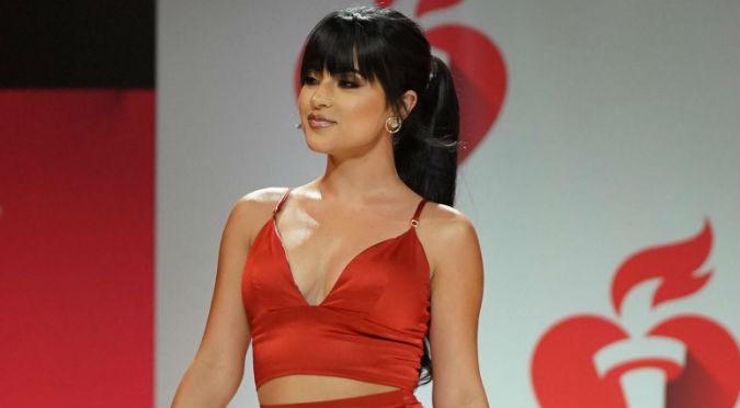 Becky G Desfila En Pasarela Con Sexy Vestido Rojo Video